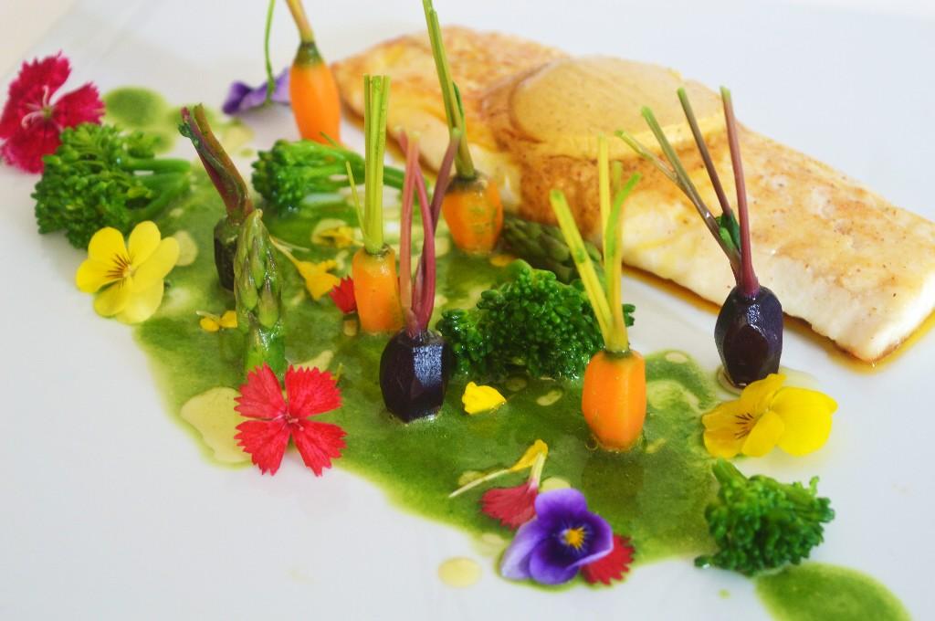 Lubina con mantequilla de especias, jardín de verduras y licuado de espinacas
