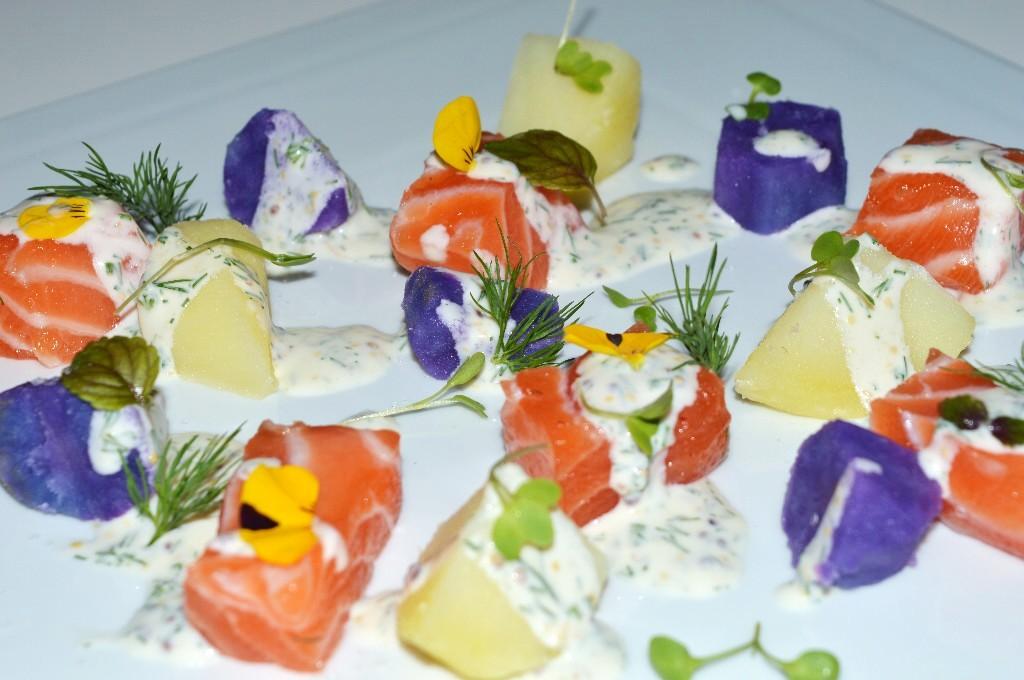 Ensalada de patatas de colores con salmón marinado