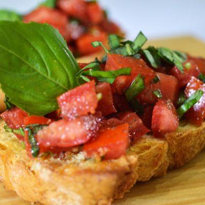bruschettas de tomate y albahaca