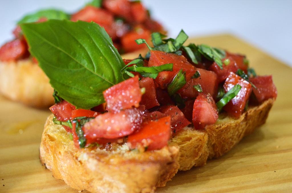 Bruschettas de tomate fresco y albahaca