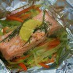 Papillote de salmón con verduras en juliana al eneldo