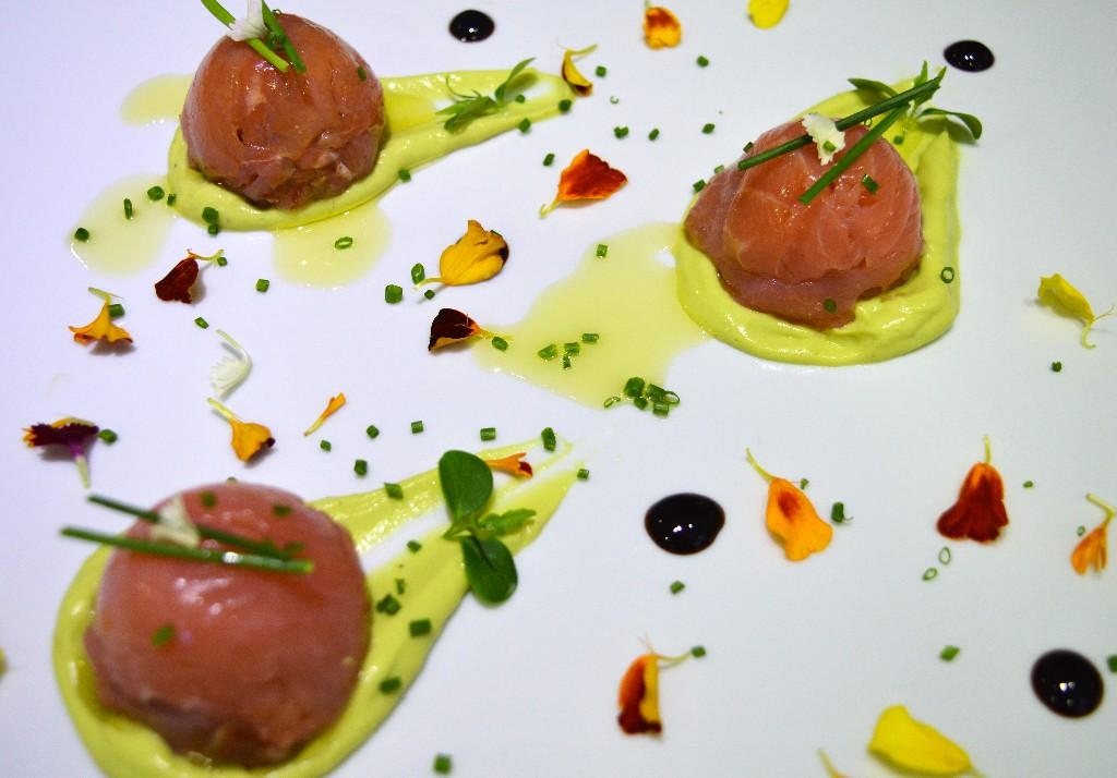 Semi esferas de salmón ahumado rellenas de tártaro de salmón y crema de aguacate.