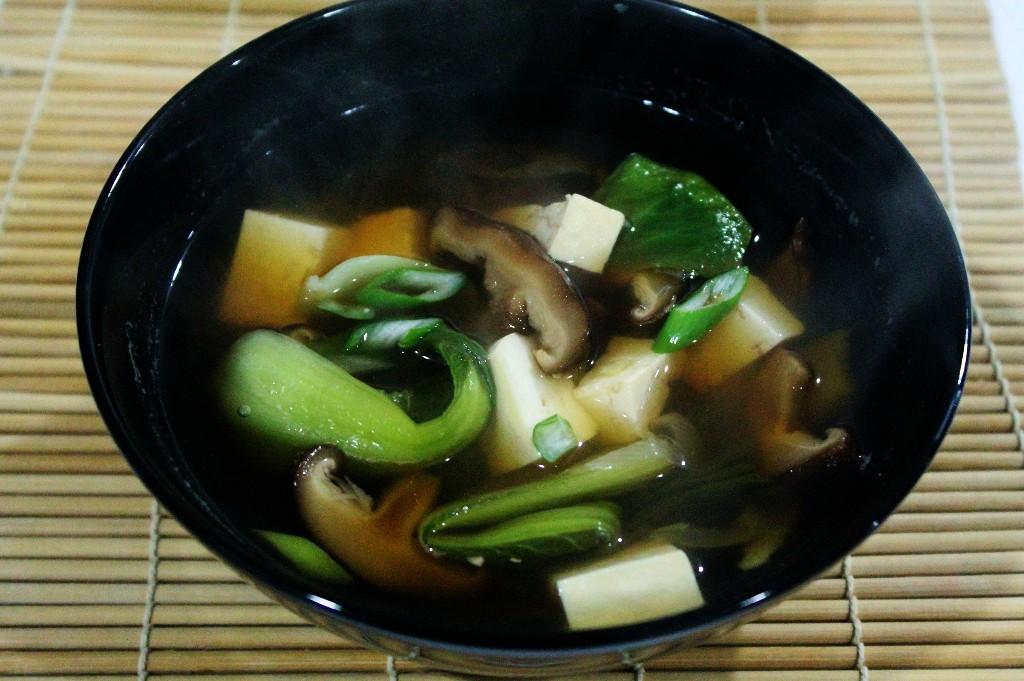 Caldo ligero oriental con verduras asiáticas